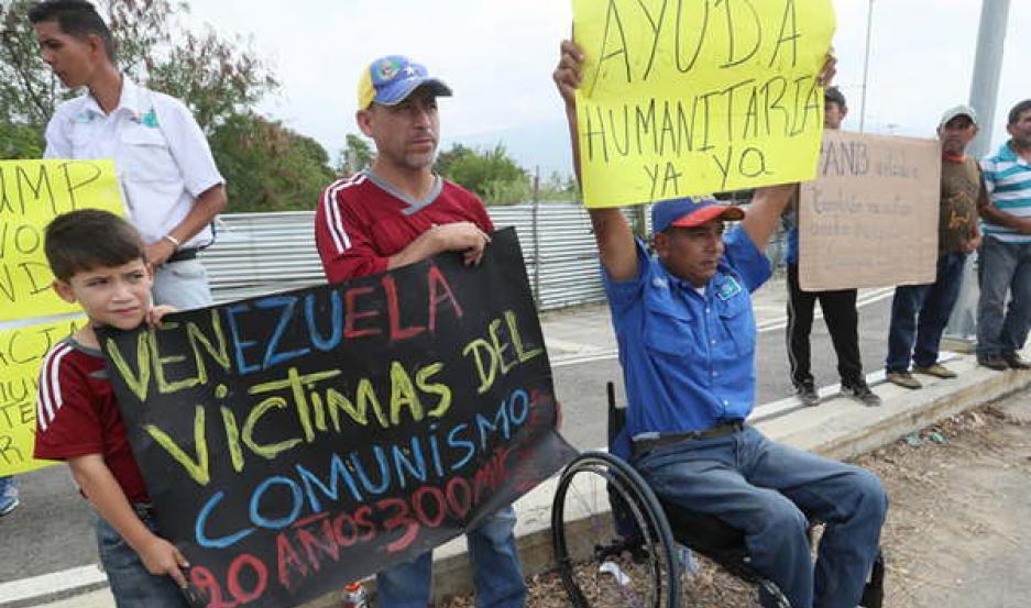 CRISIS HUMANITARIA. Rodríguez negó la misma, pero los venezolanos buscan desesperados las donaciones en las fronteras del país y que no pueden ingresar por el bloqueo de Maduro.