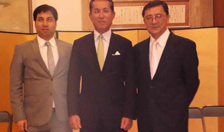 REPRESENTANTES. Togo (izquierda) y Mishima, con el embajador Noriteru Fukushima (centro) en la sede de la embajada japonesa en el país.