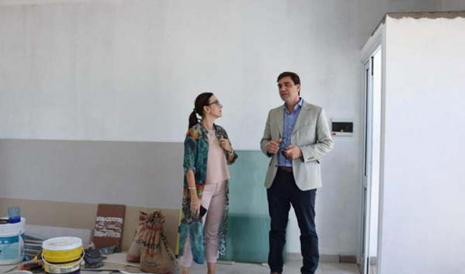 FUNCIONARIOS La ministra de Educación provincial, Mariela Nassif junto con el intendente de la
