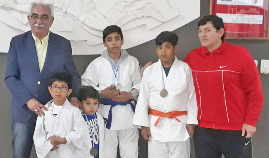Los judocas y el profesor Rubén Vivas visitaron al profesor Dapello.