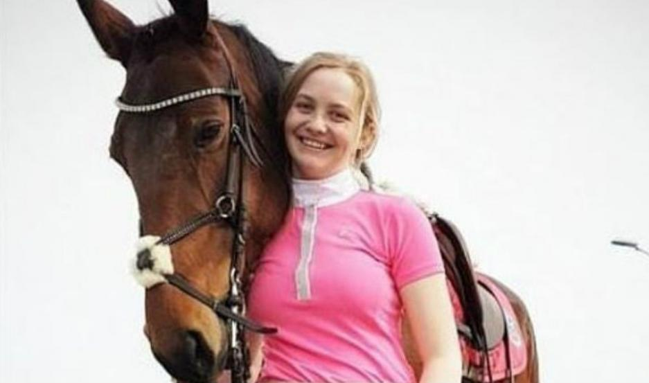 Pia Olden junto a su caballo.