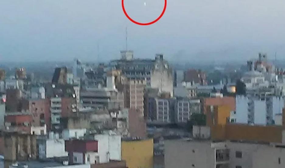 El objeto volador no identificado fue filmado desde un edificio.