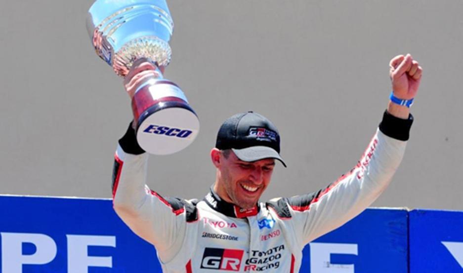 Rossi celebró eufóricamente en el podio con su copa.