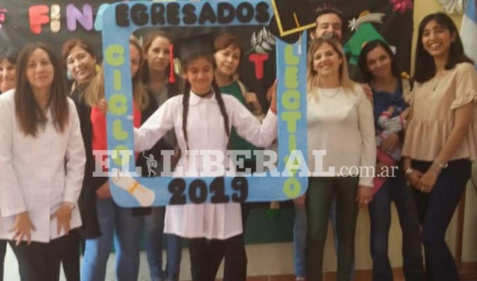 La alumna Valentina Marisol Aguirre, junto al personal docente, en su acto de egreso de séptimo grado.
